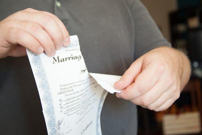 What do divorce procedures require in Vietnam?